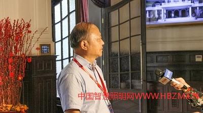 梁荣庆理事长和郝洛西教授接受记者采访